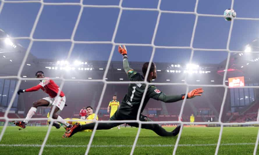 Jean-Philippe Mateta takes a shot for Mainz against Cologne