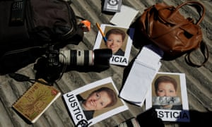 Cameras and notebooks at a protest about the murder of Miroslava Breach.