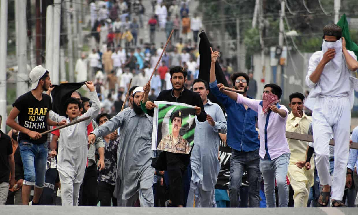 Kashmiri people protest against the revoke of article 370.