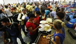 Volunteers distribute food to the refugees in Munich central station