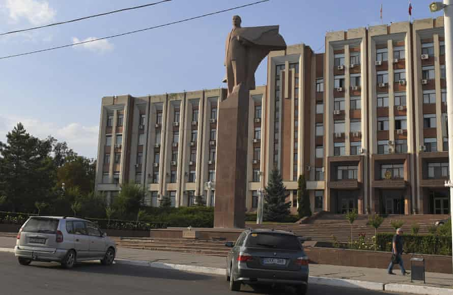 A monument to Vladimir Lenin in Tiraspol's main square.