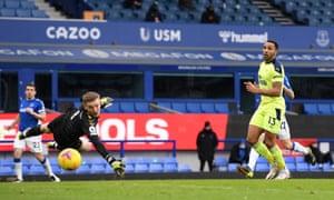 Callum Wilson of Newcastle United shoots past Jordan Pickford of Everton.