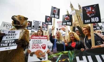 Anti-foxhunting protesters outside parliament