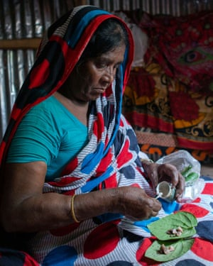 Amirjaan making betel leaf for herself. In Barishal, Bangladesh. The Barishal urban V2R (Vulnerability to Resilience) programme addresses the needs of women and girls in the region. The livelihoods activities in Barishal are helping women transcend traditional roles, training them for diverse careers like electricians and tailors.