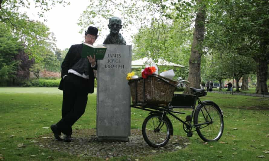 Les Doherty as Leopold Bloom alongside the James Joyce bust on St Stephen's Green, Dublin.