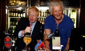 Tim Martin tire la pinte avec Boris Johnson lors de la course à la direction du parti conservateur en juillet.