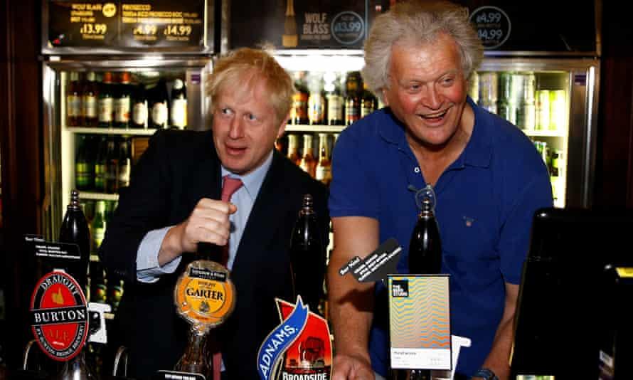 Tim Martin pulls pints with Boris Johnson