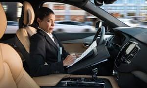 Uma mulher no carro sem motorista da Volvo