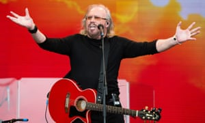 Barry Gibb imitates the shrug emoji while performing at Glastonbury