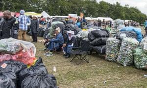 回收袋堆放在罗斯基勒露营区的退款站前。