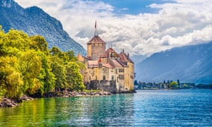 Classic view of famous Chateau de Chillon at Lake Geneva, one of Europe's most visited castles, in Veytaux, SwitzerlandH3APW7 Classic view of famous Chateau de Chillon at Lake Geneva, one of Europe's most visited castles, in Veytaux, Switzerland