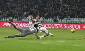 Mario Mandzukic scores the second goal for Juventus