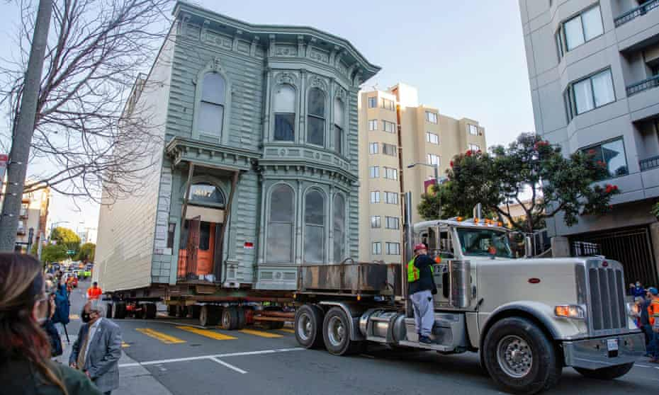 The 139-year-old house makes it way down Franklin Street towards its new location six blocks away