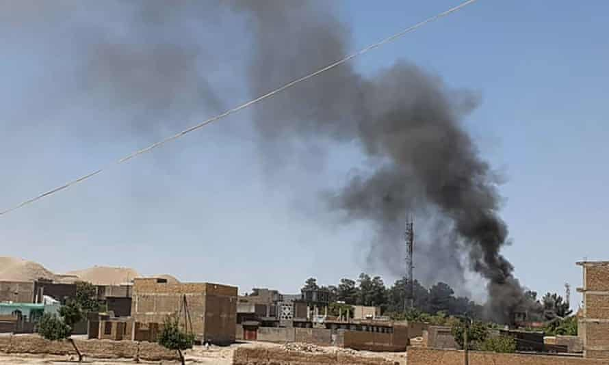 Καπνός κυματίζει από σπίτια στη δυτική πόλη Gala-e-Na.