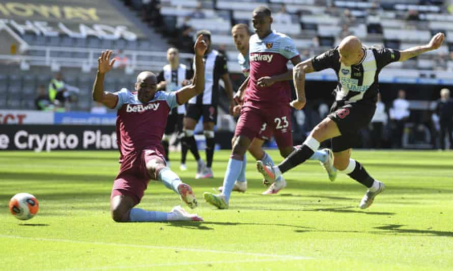 Newcastle's Jonjo Shelvey scores their second equaliser of the match