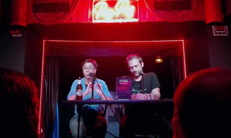 Two people performing at the Café Teatro Pay Pay