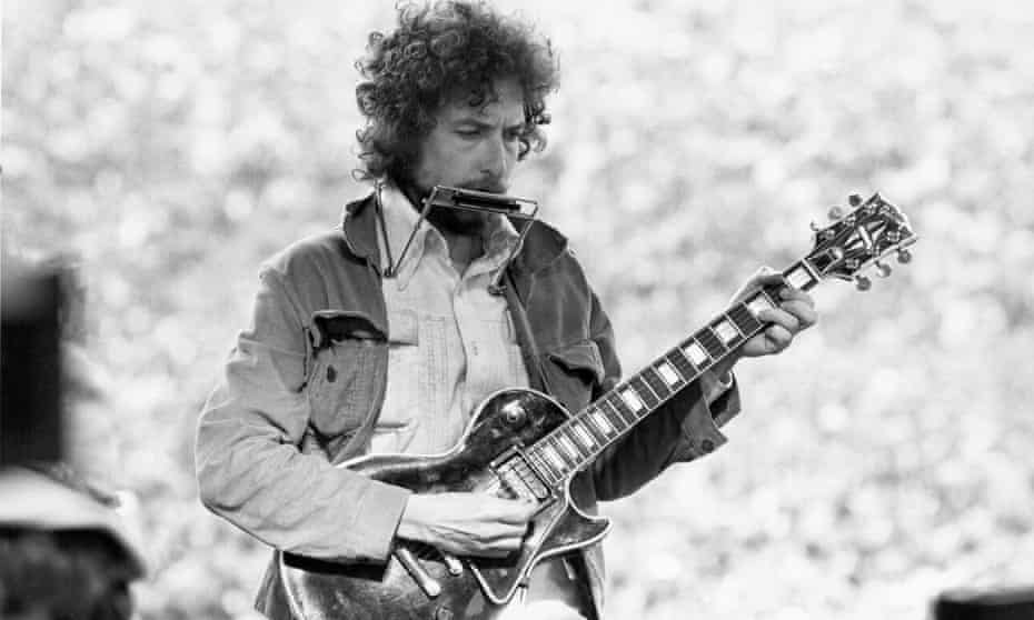 Bob Dylan on stage in a surprise performance at a benefit gig in San Francisco on 23 March 1975, two months after the release of Blood on the Tracks.