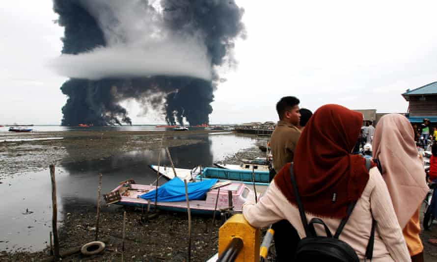 The Balikpapan oil spill and fire have resulted in water contamination and air pollution.