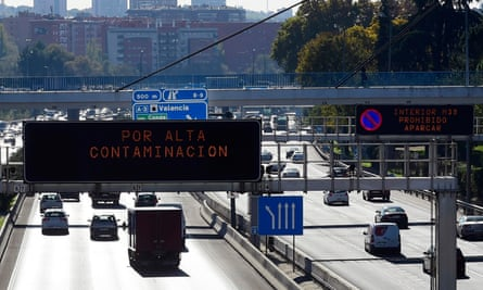 Electronic sign indicates high pollution in Madrid