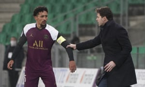 Mauricio Pochettino gives instructions to Marquinhos during PSG's draw with Saint-Étienne.
