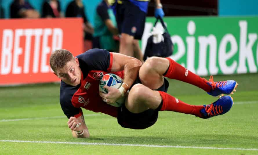 Ruaridh McConnochie scores England's fifth try against the USA.