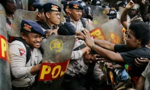 West Papuan activists clash with police guarding the office of a US mining company. On Tuesday, one person was reportedly killed by Indonesian police at a protest in Deiya regency.