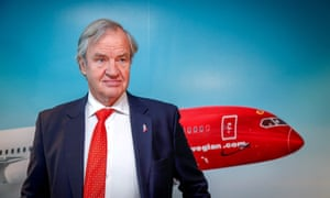 Bjørn Kjos in front of a picture of a Norwegian plane