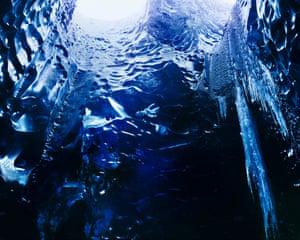 Ice Cave, Vatnajökull, 2014. Nhiếp ảnh gia tài liệu ý tưởng Richard Mosse đã sử dụng máy quay phim định dạng lớn và phim hồng ngoại để chụp ảnh hang động băng dưới sông băng Vatnajökull ở Iceland. Hang động sông băng thường hình thành khi không khí xâm nhập vào nơi nước chảy bên dưới lớp băng, không khí ấm áp từ từ tạo ra sự tan chảy và tạo thành một hang động từ bên dưới. Quá trình năng động đang trở nên khó lường hơn khi thời tiết thay đổi và việc tiếp cận hang động có thể trở nên bất khả thi trong tương lai.