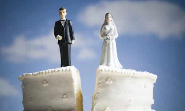 Een gesplitste bruidstaart met op de ene plak een bruidegom en op de andere een bruid