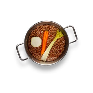 Fagioli01: 1 Place the soaked borlotti beans in a pan with a carrot, a celery and half an onion. Cover with water, bring to a boil and cook for one hour.