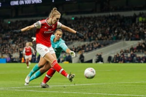 Vivianne Miedema of Arsenal scores their second goal.