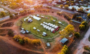 Wilcannia Oval, donde el Servicio de Bomberos Rural ha establecido un campamento base para la policía, NSW Health y los servicios de emergencia para ayudar en el brote de Covid.