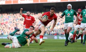 Gareth Davies breaks through to give Wales an early lead.