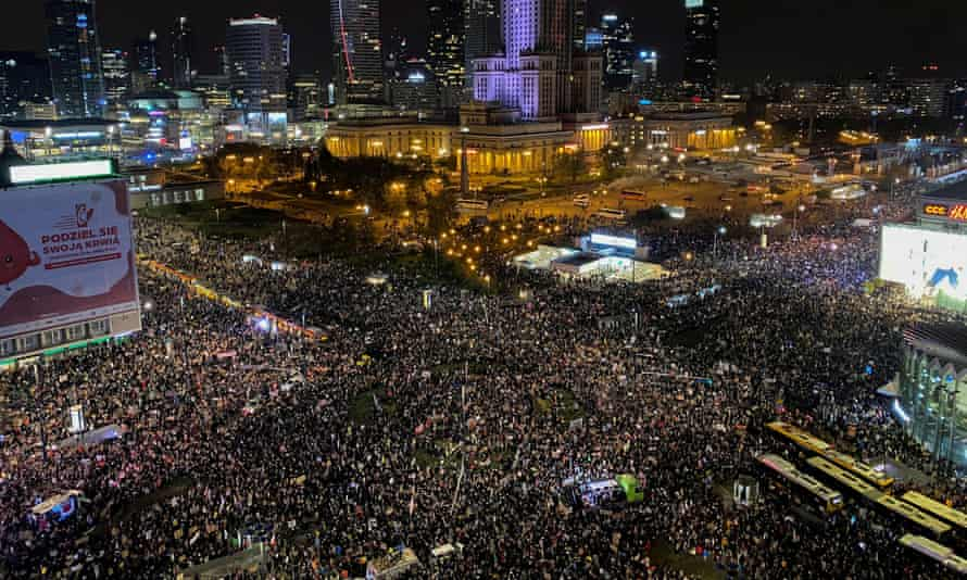 huge crowd in central Warsaw at night