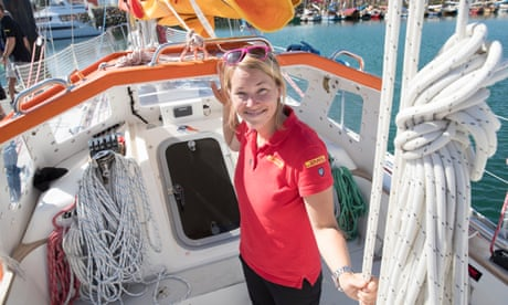 Solo yachtswoman waits in wreckage for Southern Ocean rescue