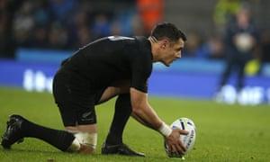 Dan Carter lines up a penalty.
