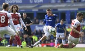 Gylfi Sigurdsson wastes a chance against Arsenal.