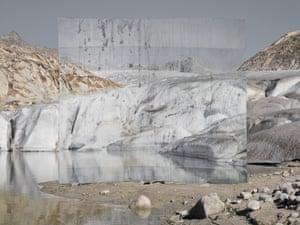 Sông băng 1, 2016, bởi Noemie Goudal. Nghệ sĩ khái niệm người Pháp Goudal quan tâm đến cuộc họp của hữu cơ và nhân tạo. Công trình này được thực hiện trên sông băng Rhône, nơi Goudal xây dựng một cơ sở nhiếp ảnh quy mô lớn được in trên giấy phân hủy sinh học tan rã trong nước. 'Tất cả công việc của tôi là về sự mong manh của cảnh quan, cô nói.