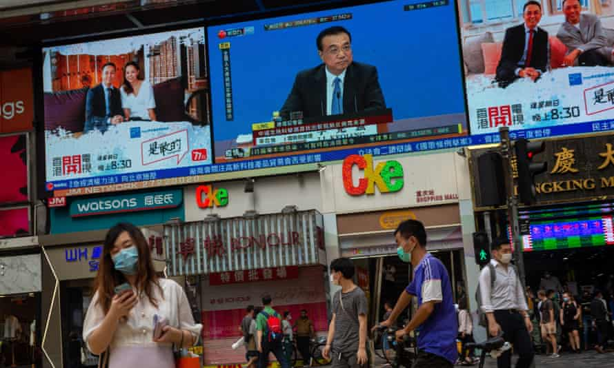 Hong Kong residents watch China's premier Li Keqiang's press conference on security law plans for the territory