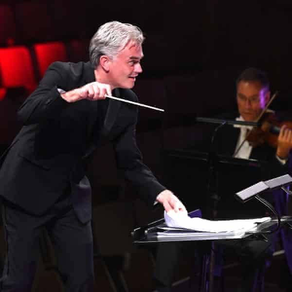 Edward Gardner conducting