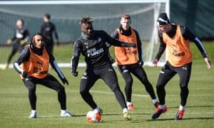 Allan Saint-Maximin sur le ballon à l'entraînement alors que Newcastle se prépare pour le retour de la Premier League