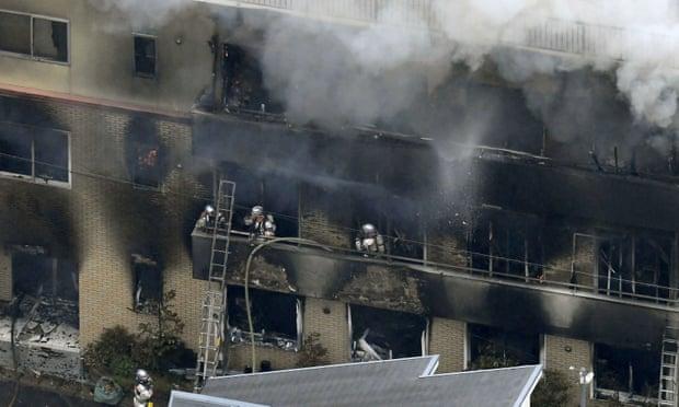 Пожарные ликвидируют очаг возгорания в Kyoto Animation, 18 июля 2019 года