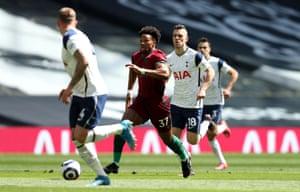 man traore corre na defesa de Tottenham.