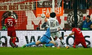 Cuadrado tucks the ball past Neuer.