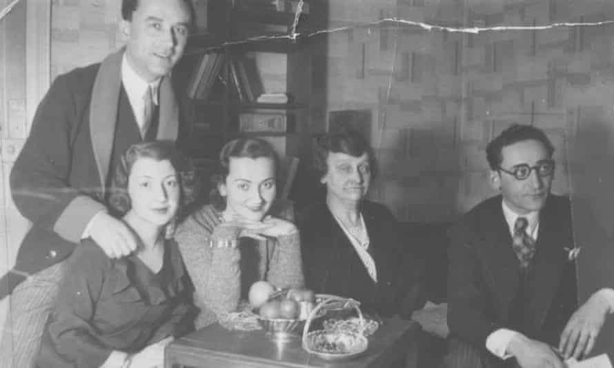 The Glass siblings with their mother in Henri and Sonia's apartment in about 1932, L-R: Henri, Sonia, Sala, Chaya and Jacques.