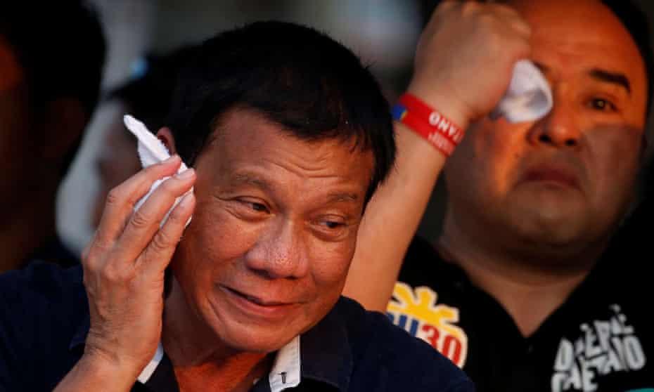 Rodrigo Duterte wipes perspiration off his face during campaigning in Malabon, Manila.