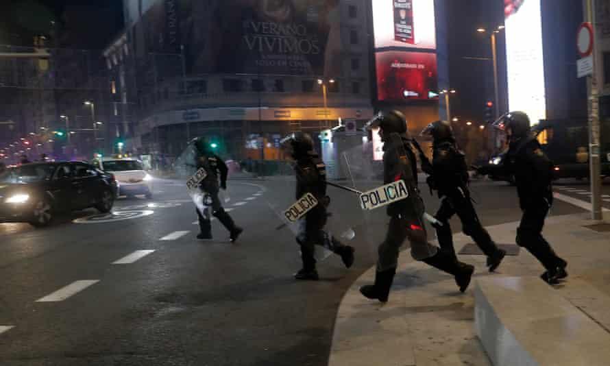 Agentes de policía protestan por las restricciones del gobierno a la pandemia de coronavirus en Madrid