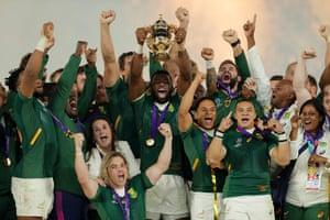 Siya Kolisi holds the Webb Ellis Cup aloft after South Africa's 32-12 victory.