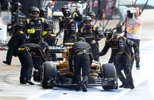 Palmer is pushed back to the pit stop after leaving without a rear tyre.