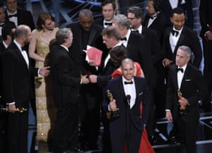 """Fred Berger, and the cast of La La Lan"""" mistakenly accept the award for best picture at the Oscars, whilst confusion over envelopes"""